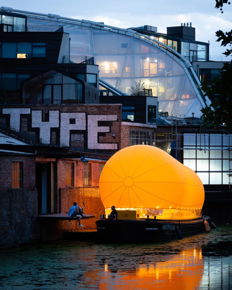 Bienvenue à bord d'AirDraft, un théâtre gonflable qui sillonne les canaux londoniens !