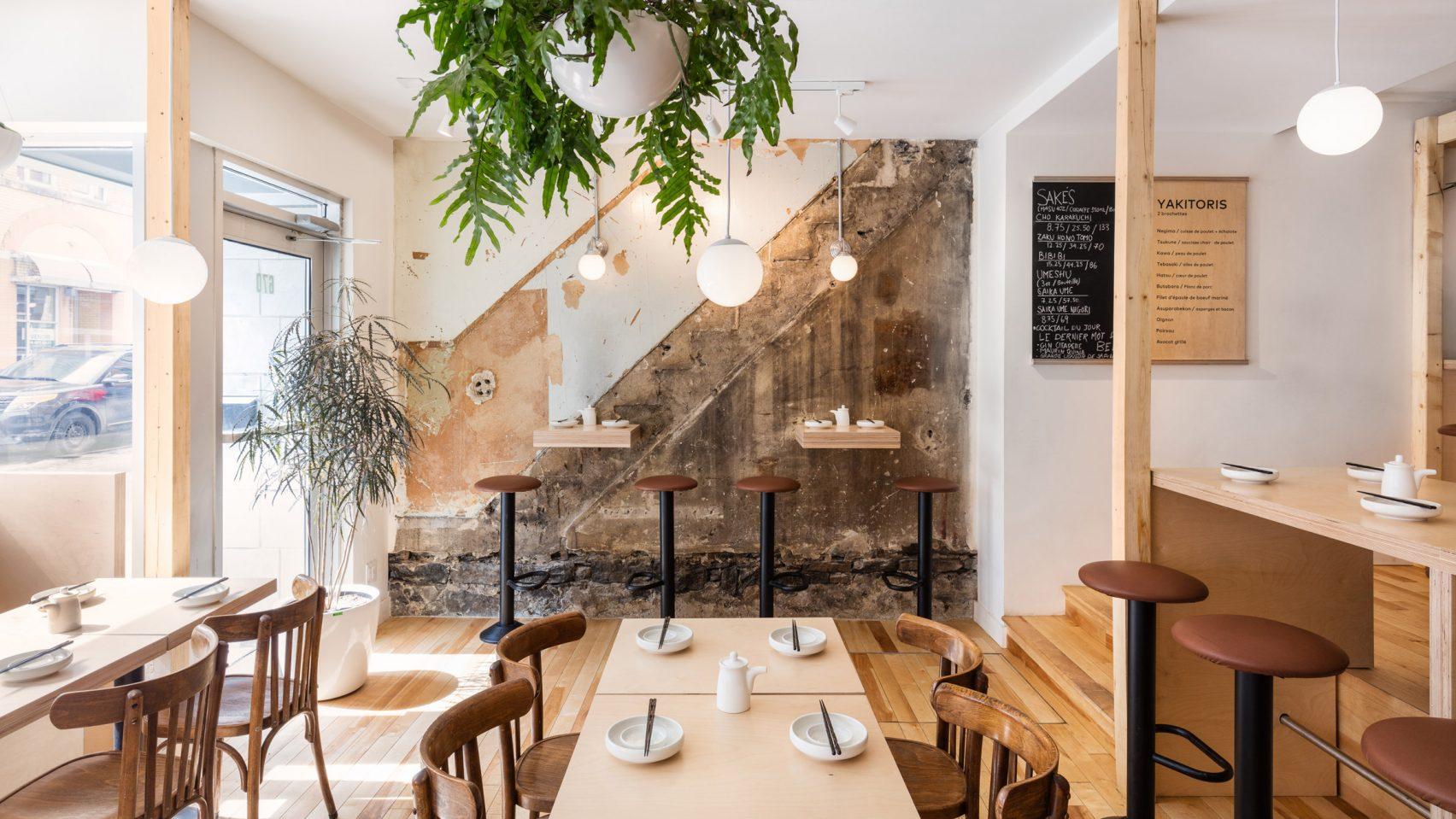 Hono Izakaya : un pub urbain japonais alliant sobriété et matériaux bruts