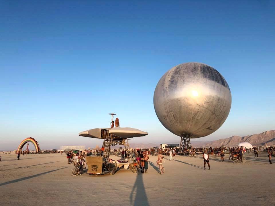 Pari réussi pour BIG son ORB géant prend forme au festival Burning Man