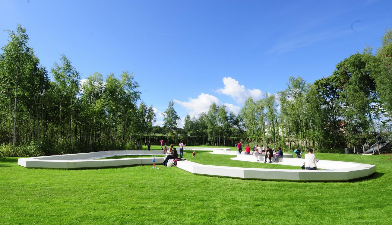 Béton blanc au jardin des Etangs de Gobert