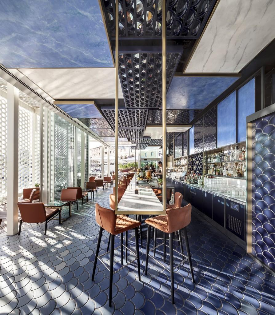 Le bar BlueWave à Barcelone, 1er prix de l'ASCER Tile of Spain, dans la catégorie Design intérieur. Photo Adria Goula