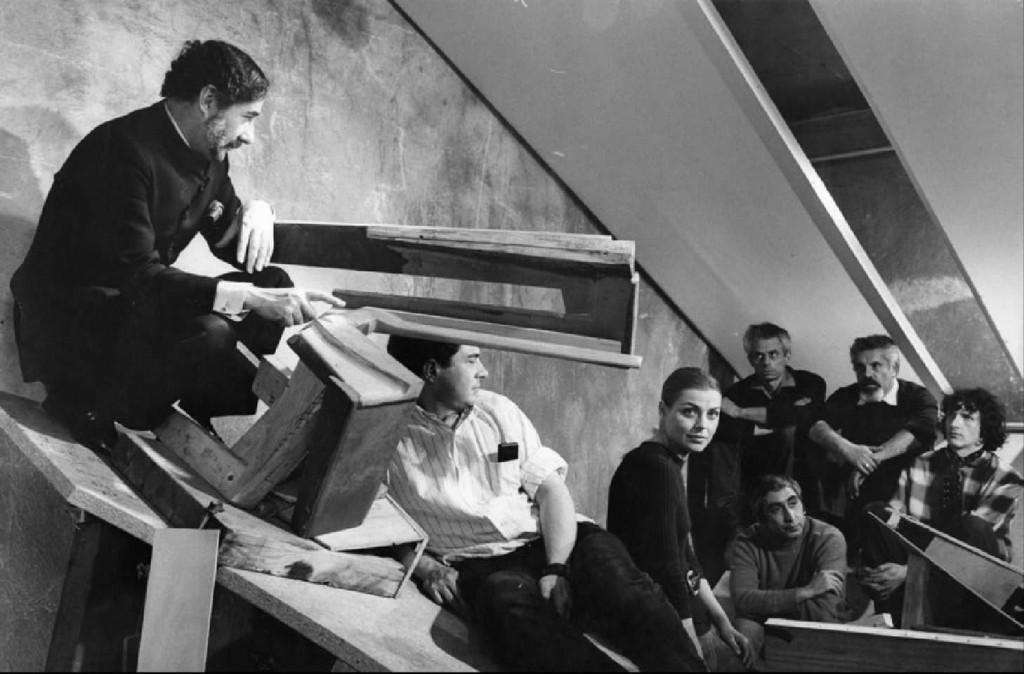 Claude Parent (à gauche) présentant la fonction oblique à un groupe de personnes. ©DR, Fonds Claude Parent, SIAF